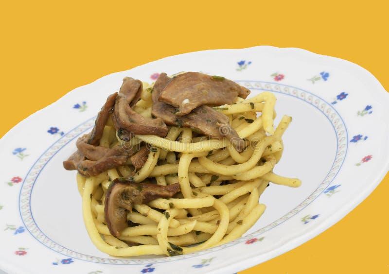 Pâtes avec des champignons de porcini photo stock