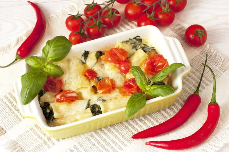 Pâtes avec des champignons, des légumes et la sauce images libres de droits