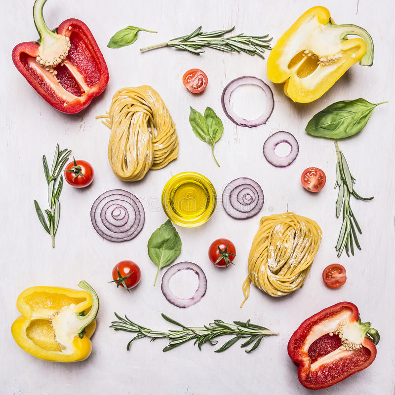 Pâtes avec des légumes autour des ingrédients de mensonge sur la fin rustique en bois de vue supérieure de fond  images libres de droits