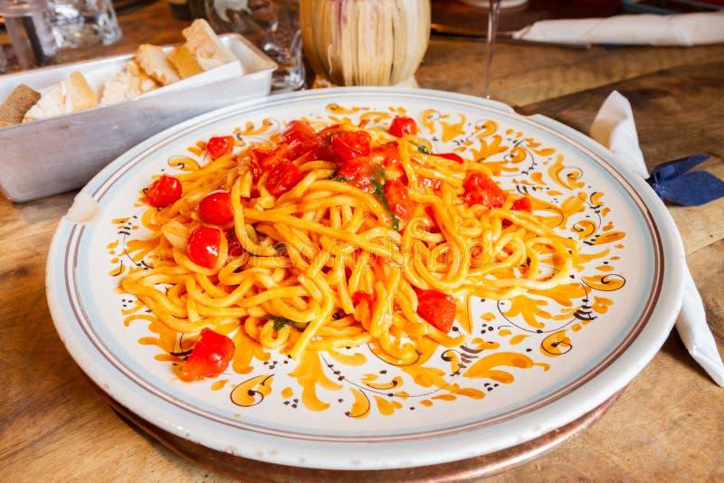 Pâtes avec des tomates photographie stock libre de droits