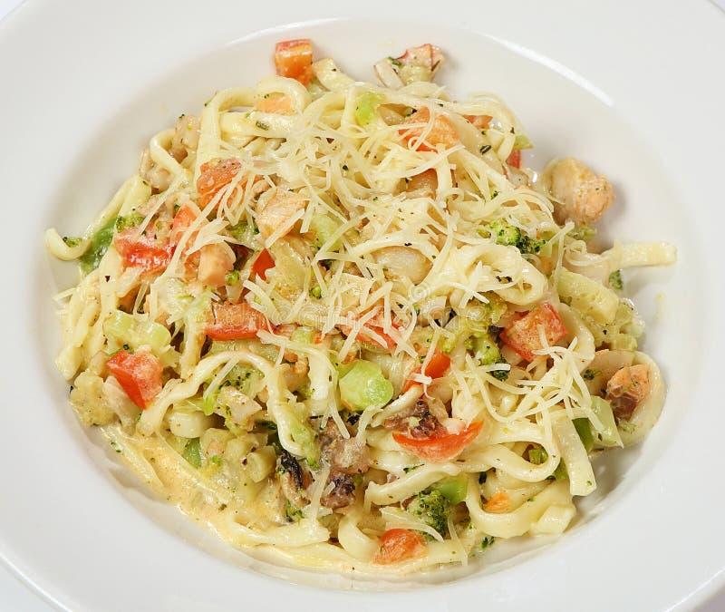 Pâtes avec des tomates de champignons de paris, épinards, champignons, huile d'olive, parmesan image libre de droits