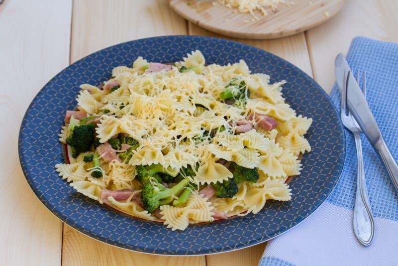 Pâtes avec du jambon, le brocoli et le fromage images libres de droits