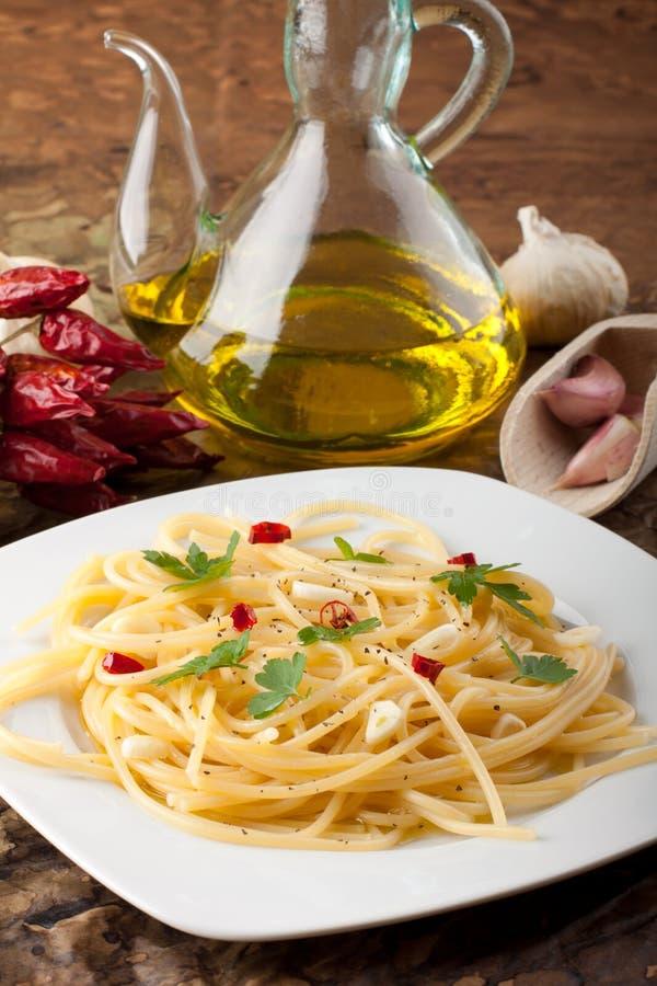 Pâtes avec l'ail et l'huile d'olive photographie stock libre de droits