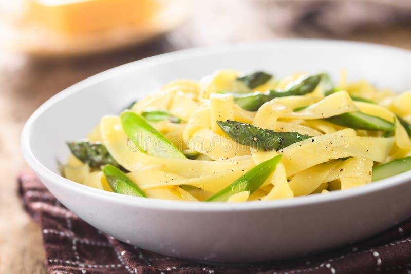 Pâtes avec l'asperge, l'ail et le citron verts photo libre de droits