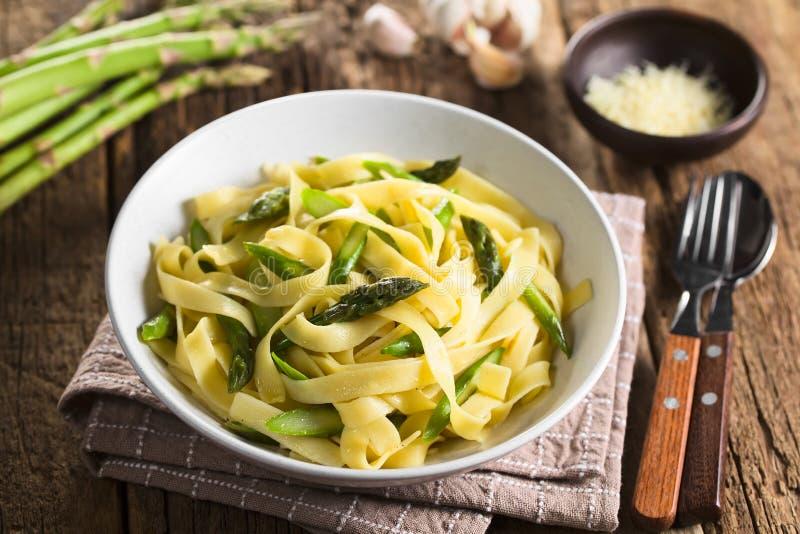Pâtes avec l'asperge, l'ail et le citron verts images stock