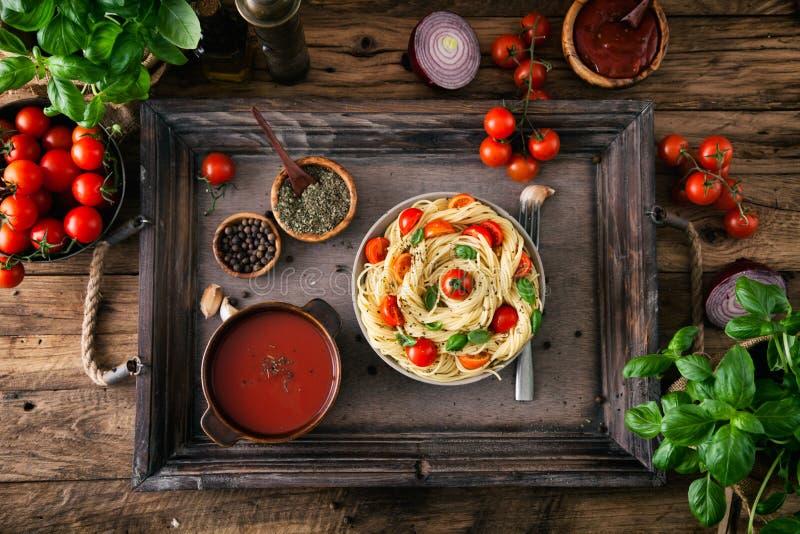 Pâtes avec l'huile d'olive images libres de droits
