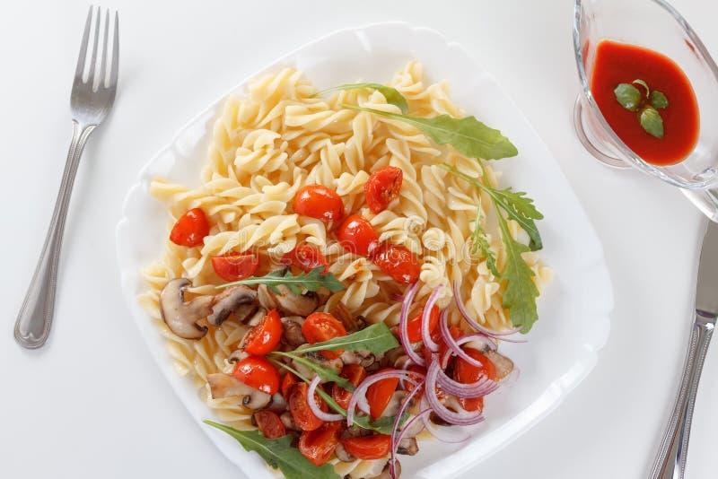Pâtes avec la sauce de champignons, de tomate-cerise et tomate, nourriture italienne closeup images libres de droits