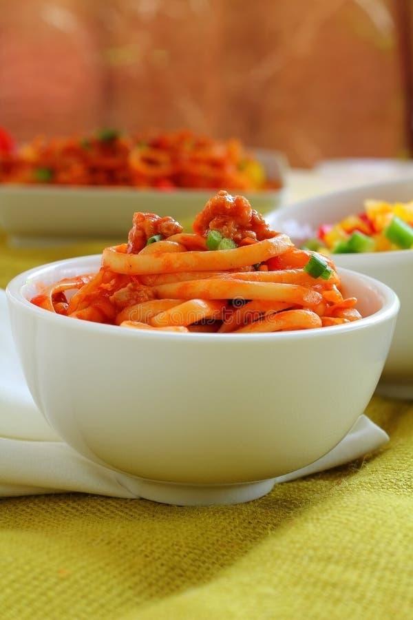 Pâtes avec la sauce de porc et tomate photographie stock