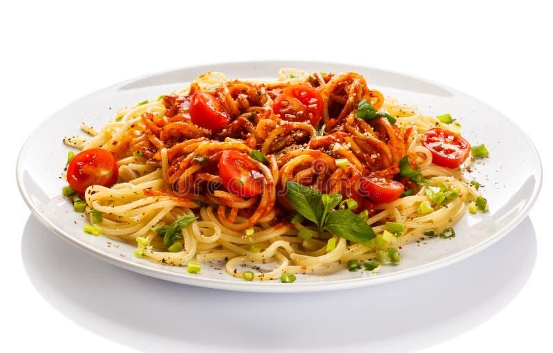 Pâtes avec la sauce de viande et tomate, le parmesan et les légumes photo libre de droits