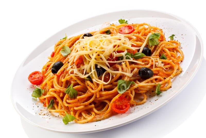 Pâtes avec la sauce de viande et tomate, le parmesan et les légumes photographie stock