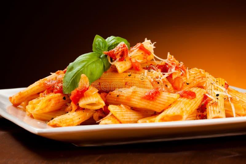 Pâtes avec la sauce de viande et tomate, le parmesan et les légumes photographie stock libre de droits