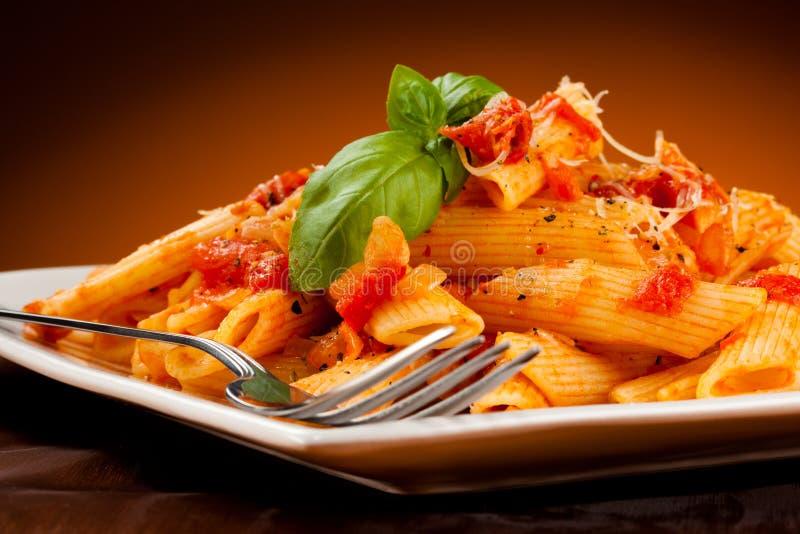 Pâtes avec la sauce de viande et tomate, le parmesan et les légumes image libre de droits