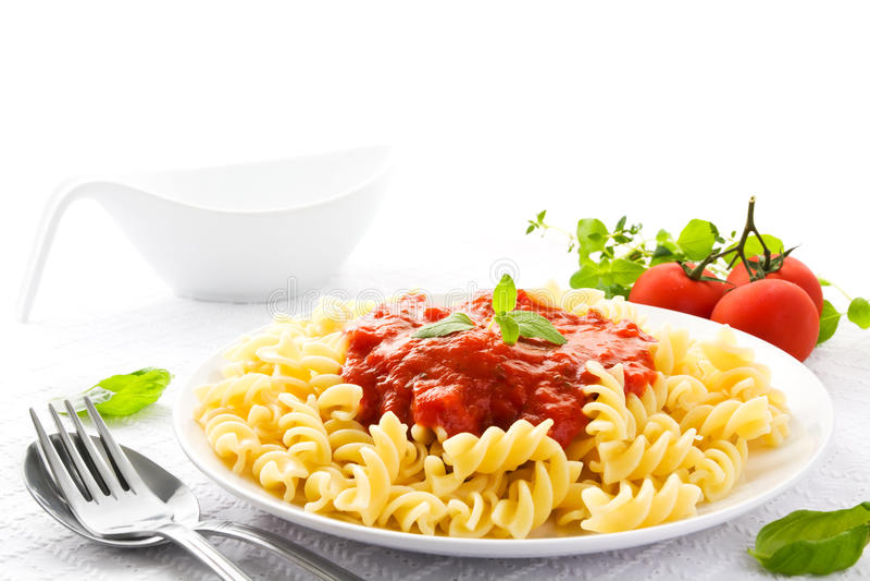 Pâtes avec la sauce tomate photographie stock