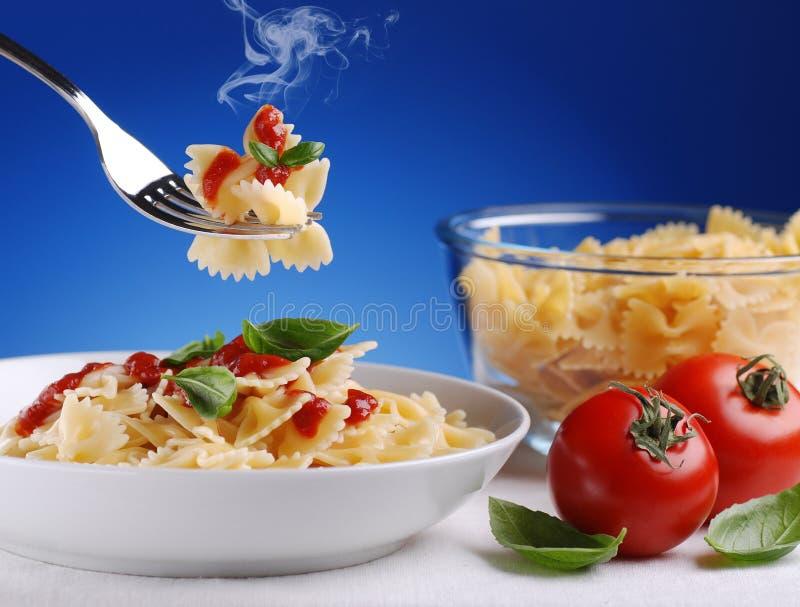 Pâtes avec la sauce tomate photo libre de droits
