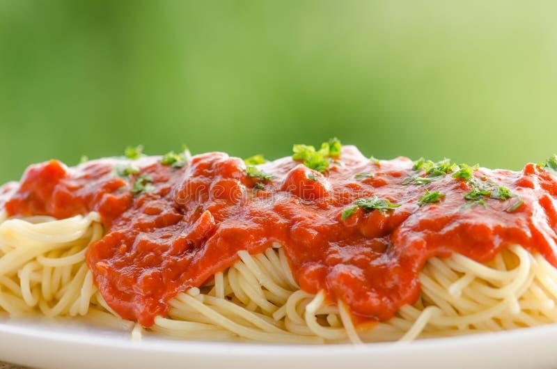 Pâtes avec la sauce tomate photographie stock libre de droits