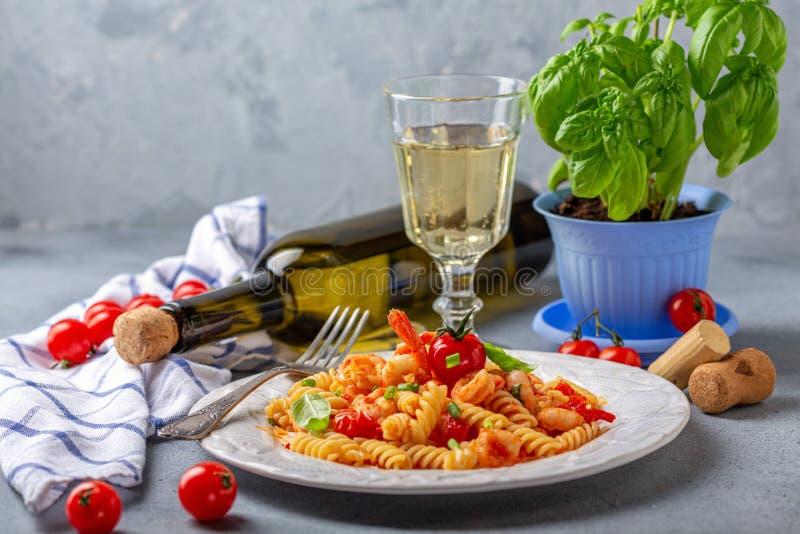 Pâtes avec la sauce tomate et la crevette images libres de droits