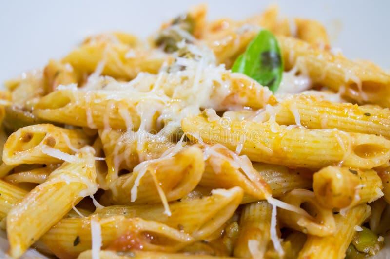 Pâtes avec la sauce tomate et les olives photographie stock libre de droits