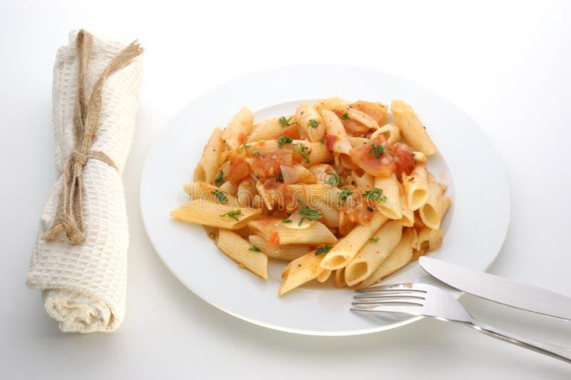 Pâtes avec la tomate organique d'une plaque photo stock