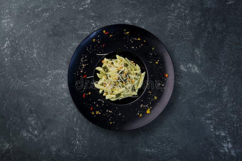 Pâtes avec le basilic de pesto photographie stock