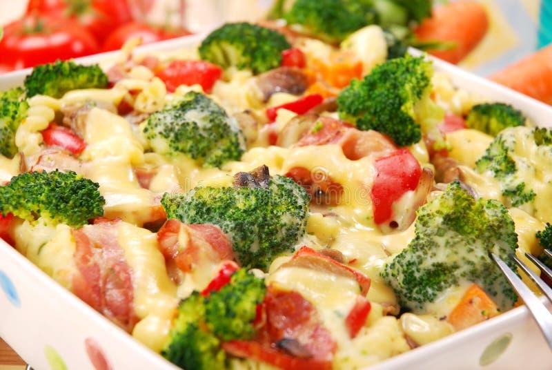 Pâtes avec le broccoli et les champignons de couche image libre de droits