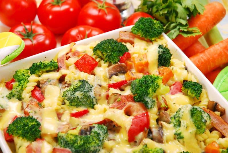 Pâtes avec le broccoli et les champignons de couche photographie stock