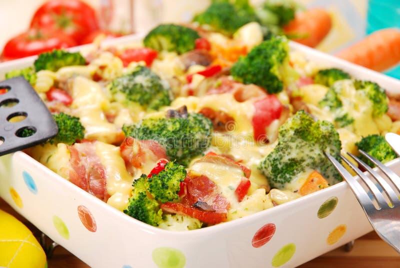 Pâtes avec le broccoli et les champignons de couche images stock