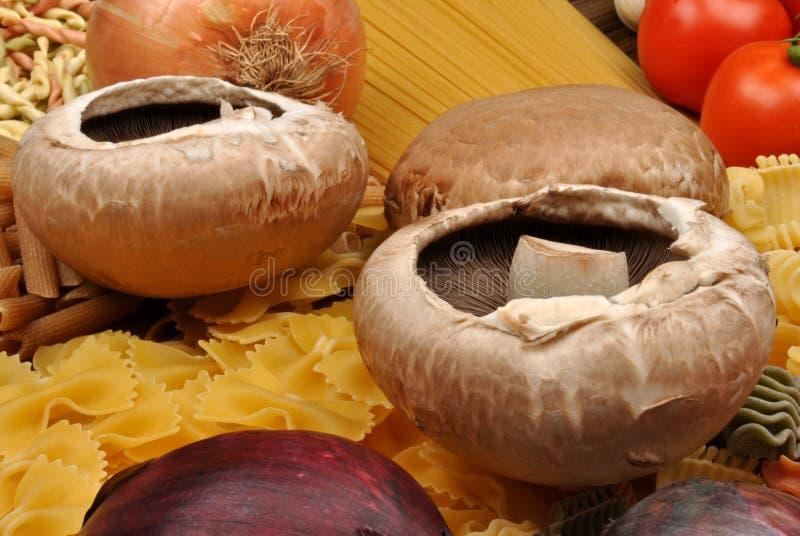 pâtes avec le champignon de couche organique photographie stock libre de droits