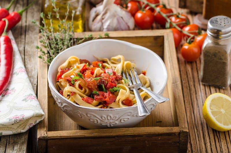 Pâtes avec le pesto de tomates-cerises photo libre de droits