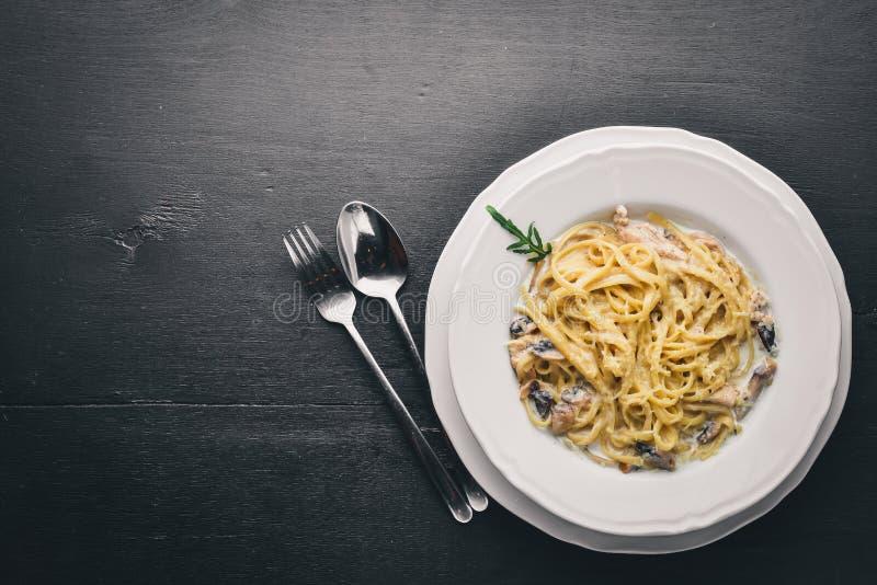 Pâtes avec le poulet et les champignons Cuisine italienne image libre de droits