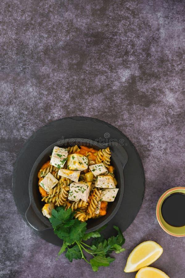Pâtes avec le poulet, le potiron et le pesto photos stock