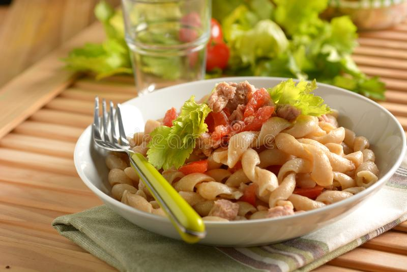 Pâtes avec le thon et la tomate - nourriture italienne photographie stock