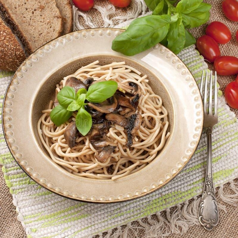 Pâtes avec les champignons et la sauce image stock