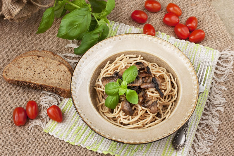 Pâtes avec les champignons et la sauce images stock