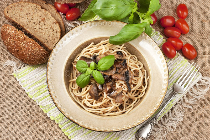 Pâtes avec les champignons et la sauce photo stock