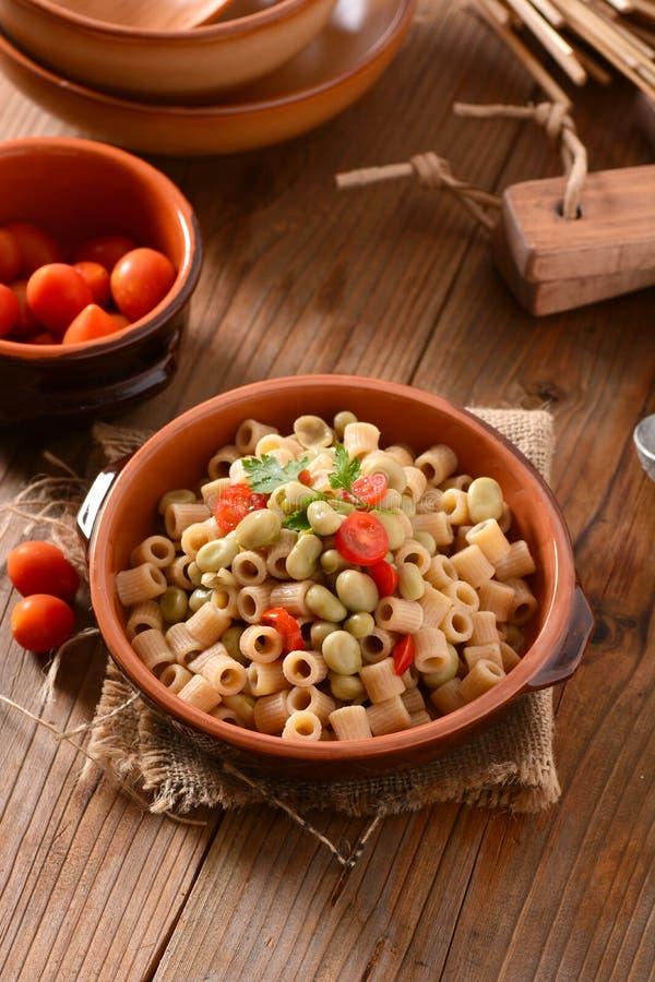Pâtes avec les haricots et la tomate image libre de droits