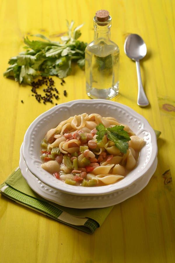 Pâtes avec les haricots, le céleri et la tomate images libres de droits