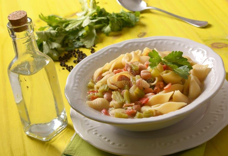 Pâtes avec les haricots, le céleri et la tomate photographie stock libre de droits