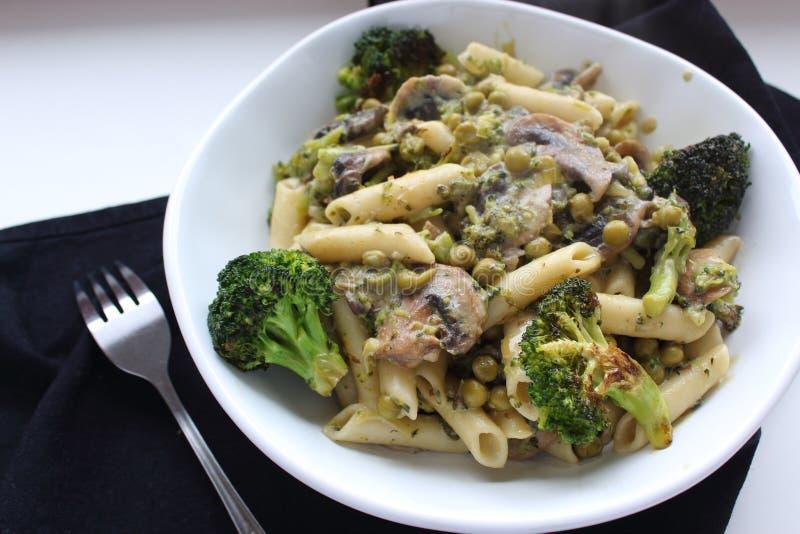 Pâtes avec les légumes verts : brocoli, champignons et pois Nourriture de Vegan images libres de droits