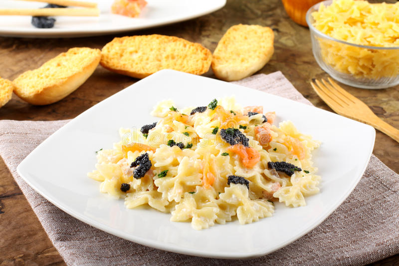 Pâtes avec les saumons et le caviar fumés photo stock