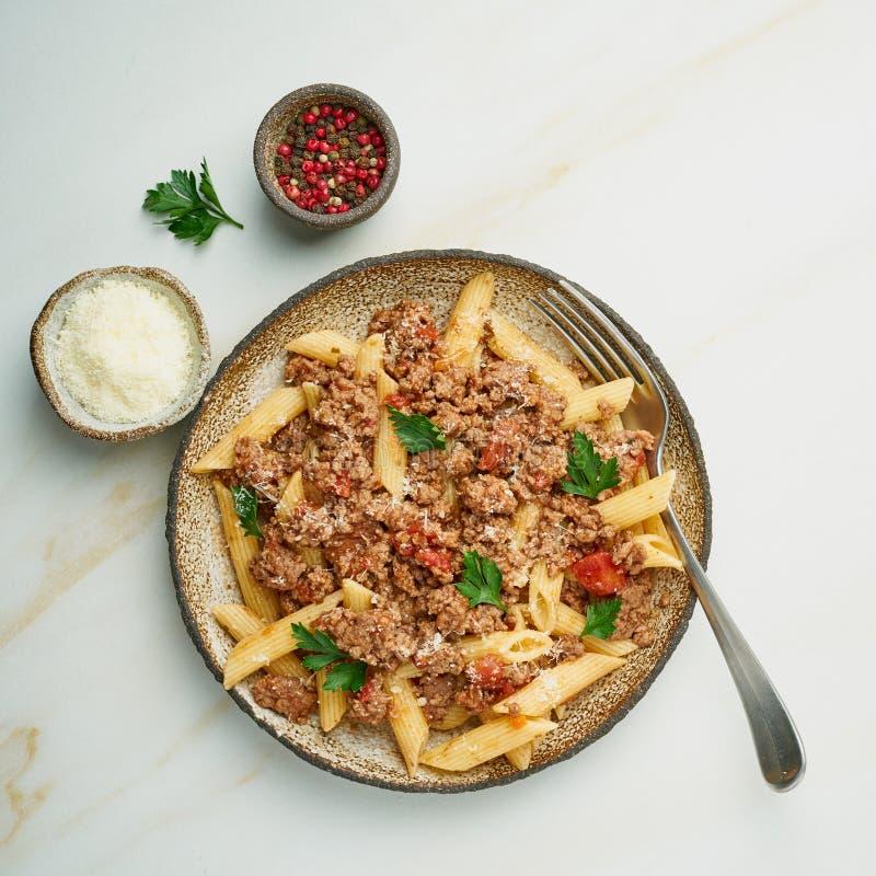 Pâtes bolonaises Fusilli avec la sauce tomate, boeuf haché haché Cuisine italienne traditionnelle Table de marbre Vue supérieure photo stock