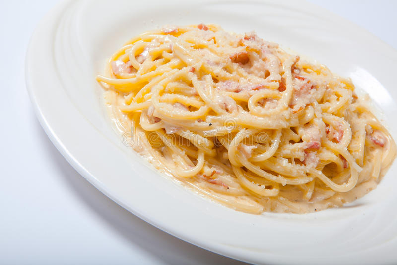 Pâtes Carbonara avec du jambon et le fromage, spaghetti Carbonara avec Ham And Parmesan cuit au four photo stock