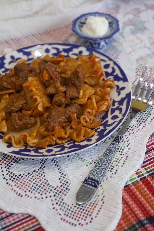 Pâtes chaudes avec de la viande en sauce d'épice et tomate Cuisine asiatique image libre de droits