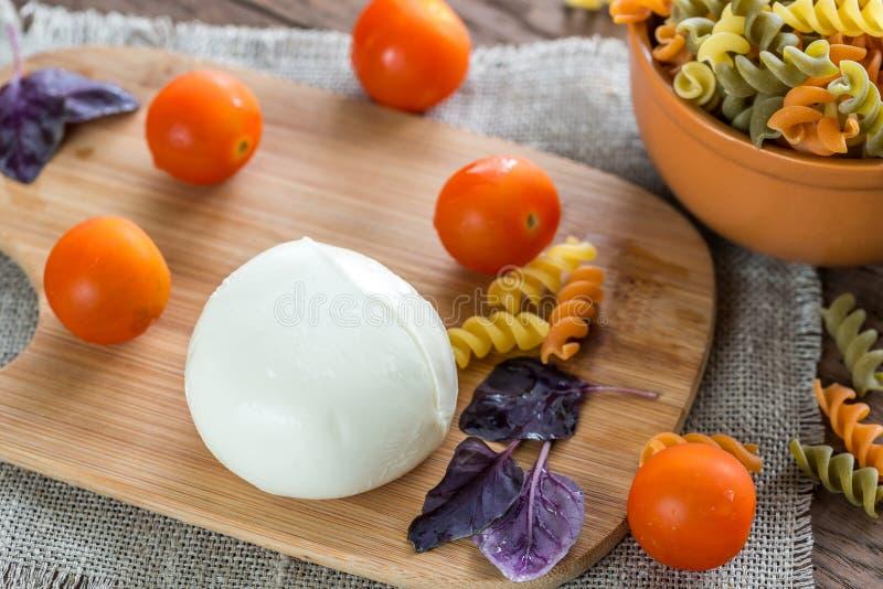 Pâtes colorées avec des ingrédients images stock