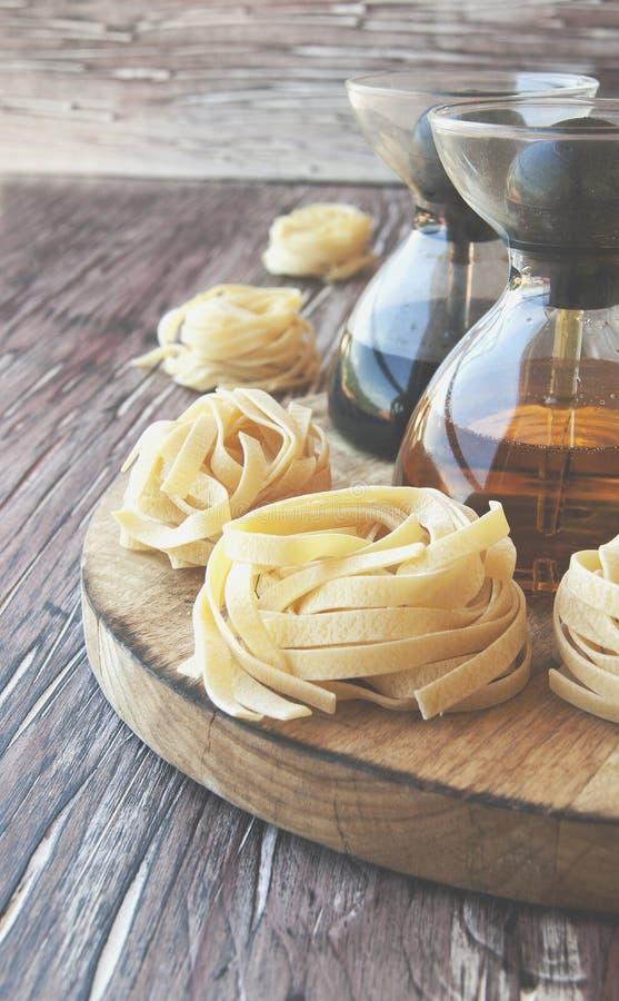 Download Pâtes Crues Avec De La Farine Sur La Table, Foyer Sélectif Photo stock - Image du sain, brun: 76077278