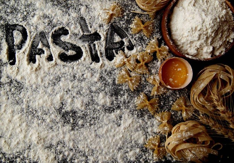 Download Pâtes Crues Avec De La Farine Sur La Table, Foyer Sélectif Photo stock - Image du nourriture, sélecteur: 76078542