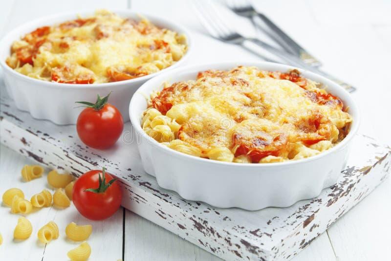 Pâtes cuites au four avec la tomate et le fromage photos stock