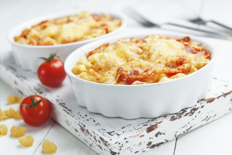 Pâtes cuites au four avec la tomate et le fromage photo libre de droits