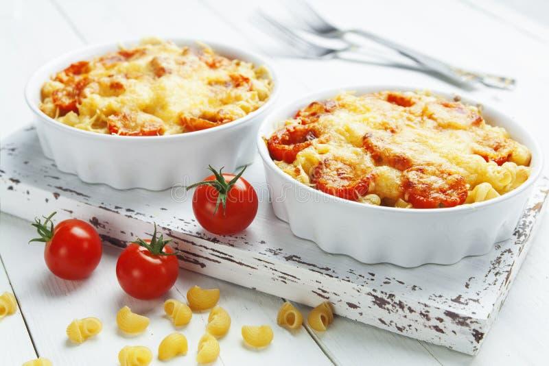 Pâtes cuites au four avec la tomate et le fromage photo stock