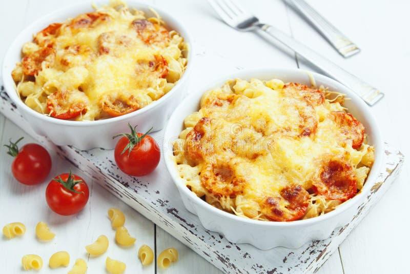 Pâtes cuites au four avec la tomate et le fromage image libre de droits