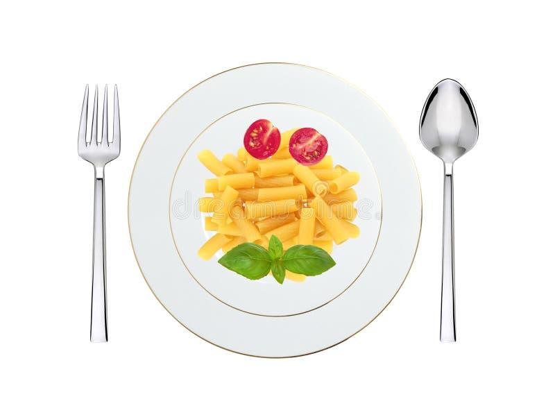 Pâtes délicieuses avec la tomate et basilic du plat d'isolement sur le blanc photographie stock